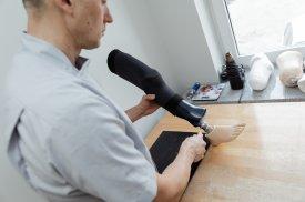"""AB """"Ortopedijos technika"""" ortopedas-technologas gamina kojo protezą"""