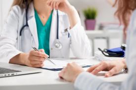 Gydytoja konsultuoja pacientę