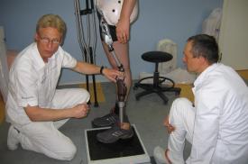 """Nils Fahrenbach perduoda AB """"Ortopedijos technika"""" protezuotojams itin sudėtingų dubens protezų pritaikymo patirtį"""