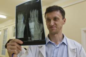 Gydytojas R. Gudas analizuoja rentgeno rezultatus