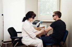 Pacientui taikoma lazerio terapija