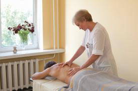 Pacientei atliekamas gydomasis masažas
