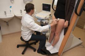 Pacientei atliekamas ultragarsinis kojų venų tyrimas