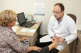 Gyd. G. Pocius atlieka pacientės apžiūrą