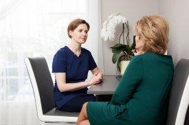 Gydytoja L. Pilipaitytė su paciente konsultuojasi dėl tolimesnių procedūrų