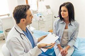 Gydytojas kalbasi su paciente
