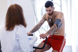 Pacientui atliekama krūvio elektrokardiograma (veloergometrija)